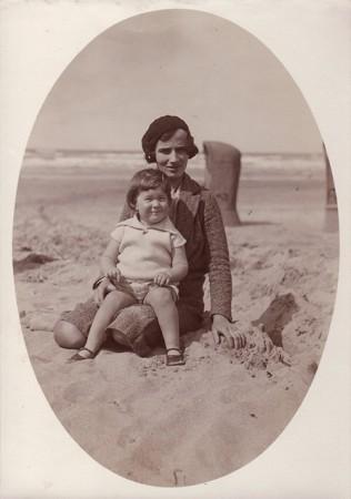 Met haar dochter Carry op het strand, jaren dertig